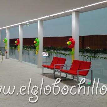 Pasillo decorado con flores rojas y verdes